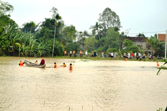 Gia đình và lực lượng công an, huyện đội Mộ Đức đã tìm kiếm từ sáng 16.11 đến nay, nhưng vì nước vẫn còn chảy siết nên vẫn chưa tìm được thi thể em Tâm.