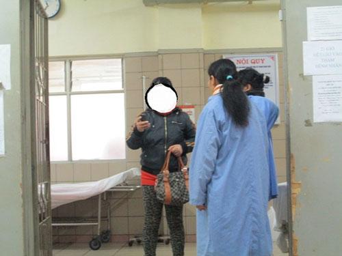 Mẹ của học sinh D.A đứng ngoài phòng cấp cứu.