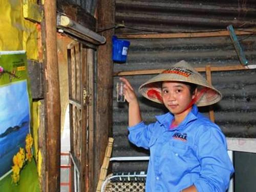"""Người dân trên đảo Trí Nguyên tham gia """"nuôi muỗi"""""""