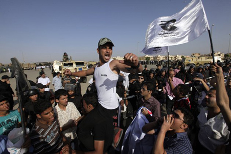 Những người biểu tình bày tỏ sự phản đối với các bản án bên ngoài tòa án tại thành phố Cairo.