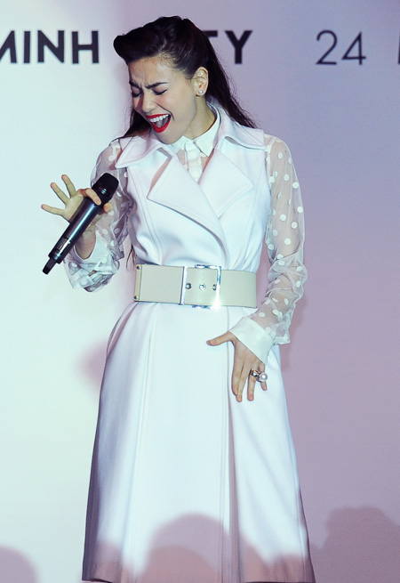 Tối qua, Hồ Ngọc Hà cũng diện váy trắng và là nữ ca sĩ duy nhất góp mặt trong đêm diễn thời trang.