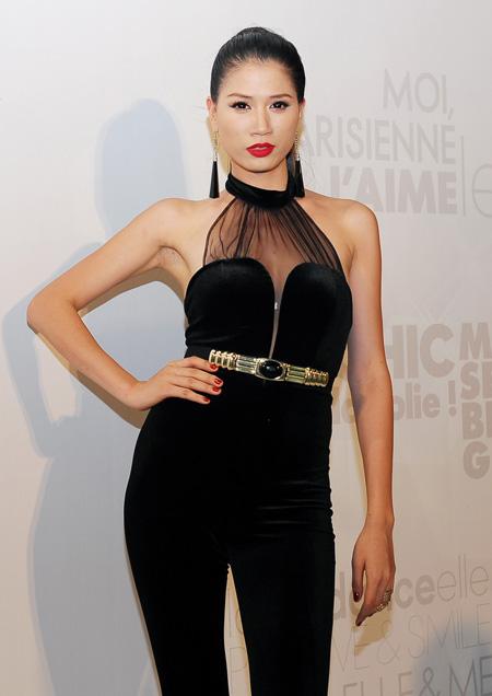 Trang Trần gợi cảm trong bộ váy nhung đen cách diệu với cổ áo yếm.