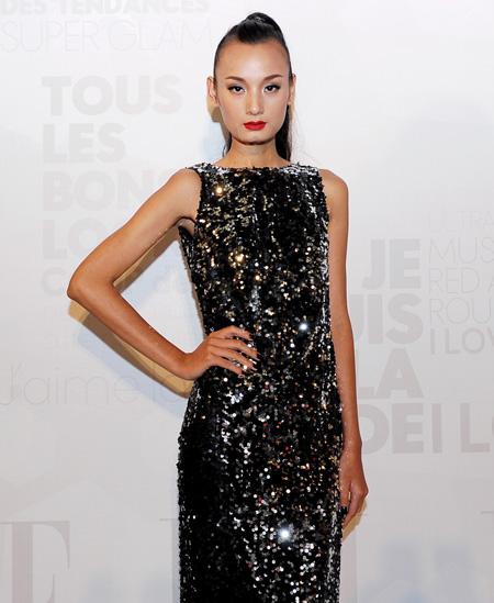 Người mẫu Lê Thúy diện trang phục lấp lánh.