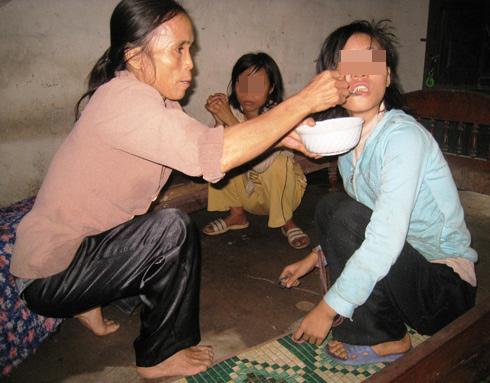 Người mẹ già tự tay chăm sóc 3 đứa con bị bệnh tâm thần. Ảnh: Lê Hoàng.