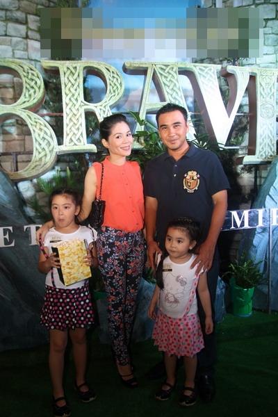 Vợ chồng MC Quyền Linh đưa hai bé Hạt Dẻ và Lọ Lem đi xem phim.