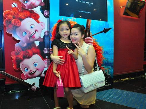 Ngọc Anh đưa con gái xúng xính váy áo đi xem phim.