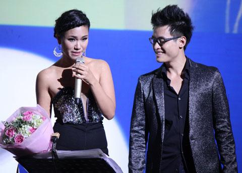 Hà Anh Tuấn tặng người đẹp bó hoa tươi thắm. Nữ ca sĩ thay trang phục trông quyến rũ hơn với bờ vai thon.