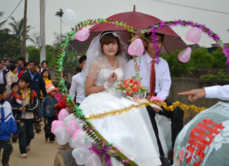 Đám cưới bằng xe trâu của Đức - Hoa được người dân hưởng ứng và chúc phúc.