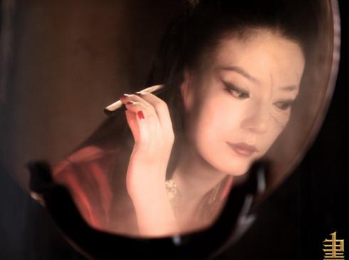 Khi cởi bỏ chiếc mặt nạ vàng, gương mặt của Tĩnh công chúa lộ rõ những vết sẹo thay da.