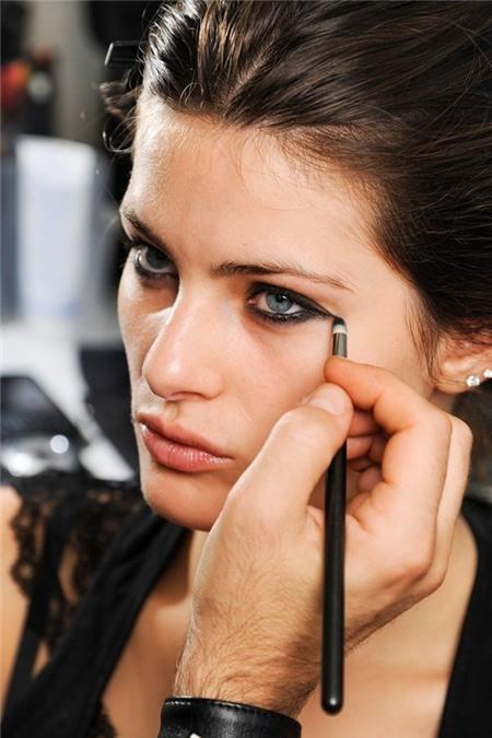10 mẹo vẽ viền mắt cho các quý cô từ mới tập kẻ tới