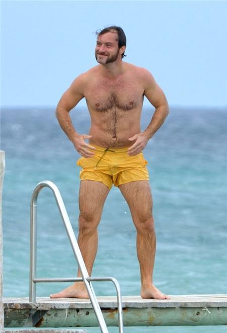Jude Law quên mất nguyên tắc đi bơi là không được mặc