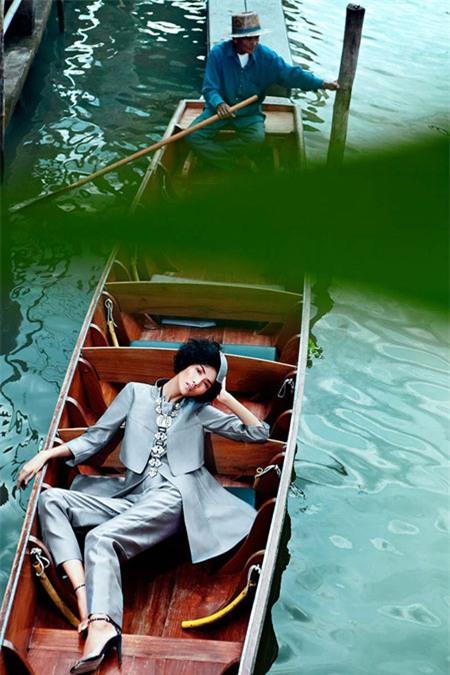 Hoàng Thùy lên tiếng về bức ảnh chụp ở Thái gây tranh cãi