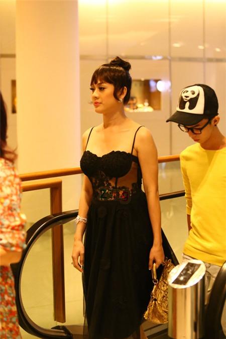 Lâm Chi Khanh diện váy xuyên thấu đi nhà hàng