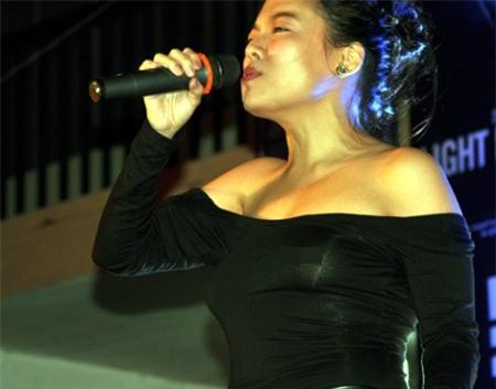 Mỹ nhân Việt xé áo, thả rông ngực trên sân khấu từ thiện