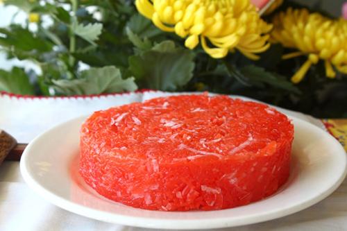 Xôi gấc mềm, thơm mùi nước cốt dừa, trộn cùng với dừa sợi ăn bùi bùi.