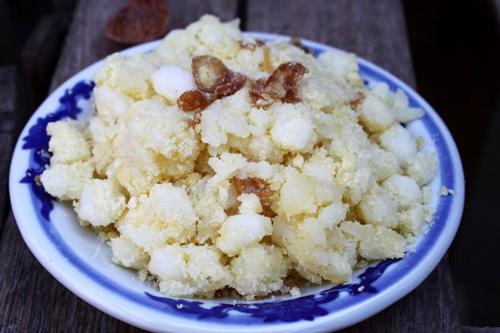 Yêu cầu của món ăn là hạt ngô mềm, ngô và nếp tơi trộn cùng đỗ xanh nghiền mịn và hành khô phi thơm ăn vừa ngon vừa không ngấy.