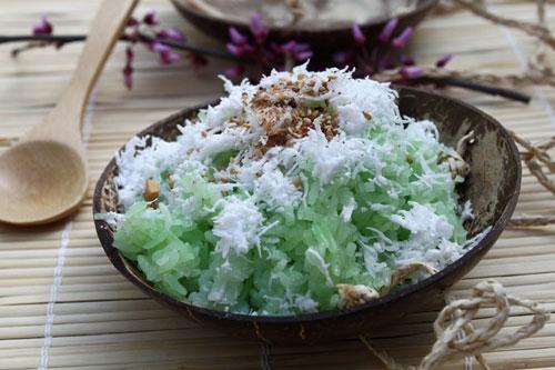 Vị thơm của lá nếp, kèm với xôi dẻo, bên trên phủ một lớp dừa bào vụn, ăn kèm với lạc và vừng rang.