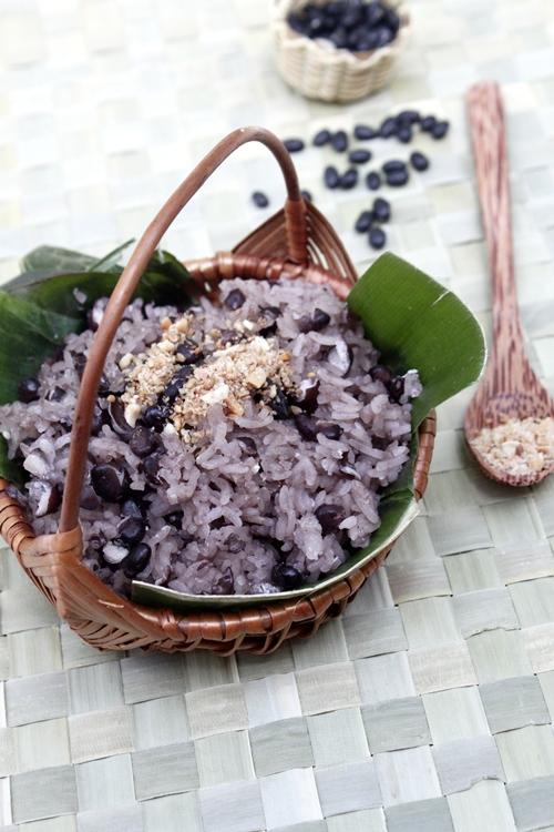 Ngoài xôi đỗ xanh, xôi trắng thì xôi đỗ đen là món xôi phổ biến được nhiều người yêu thích.