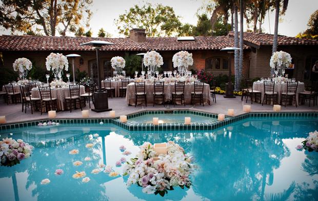 Ở nhiều khách sạn lớn thường có không gian tiệc bên hồ bơi, đây sẽ là địa điểm tuyệt vời, gần thành phố để các đôi uyên ương tổ chứ đám cưới.