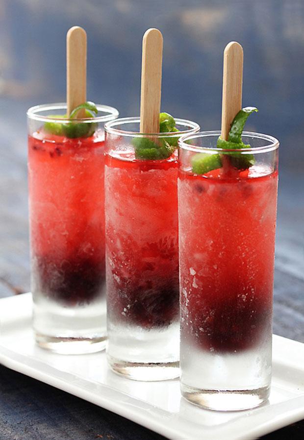 Một ly nước dưa hấu đỏ ngọt ngào và tươi mát sẽ làm