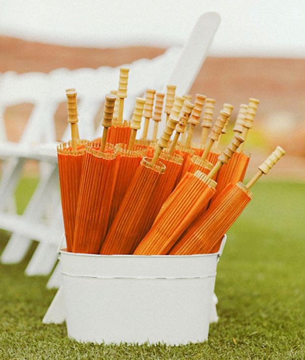Những chiếc ô sẽ trở nên hữu dụng trong đám cưới ngày hè.