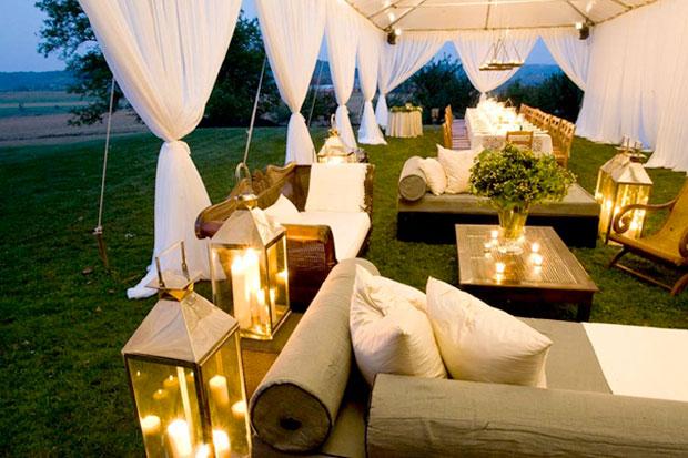 Ngoài ra, những không gian tràn ngập cây xanh hay công viên cũng là địa điểm thú vị để tổ chức đám cưới ngoài trời. Vào những ngày hè, bạn đừng quên dự phòng trời mưa bằng cách chuẩn bị sẵn lều bạt.