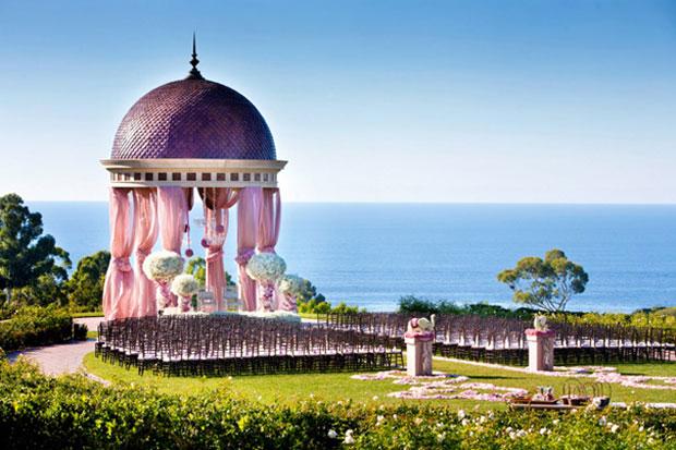 Nếu có điều kiện đi xa, cô dâu chú rể có thể chọn một vùng biển thanh bình tổ chức lễ thành hôn.