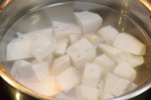 Cho khoai sọ vào nồi, đổ nước vào đun tới khi khoai chín mềm.