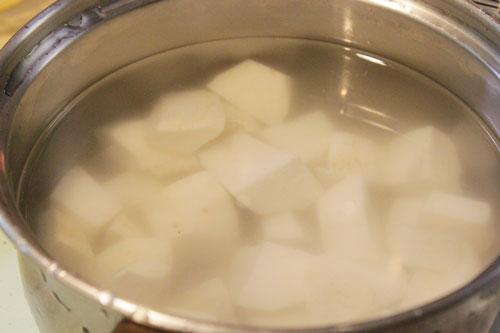 Khoai sọ xắt khúc ngắn, rửa nước muối cho bớt chất nhờn.