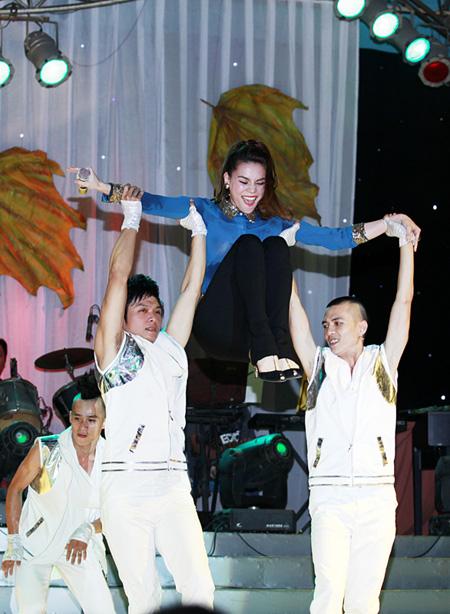 Hồ Ngọc Hà trình diễn  sung sức, hết mình. Cô nhảy tưng bừng với vũ đoàn Hoàng Thông.