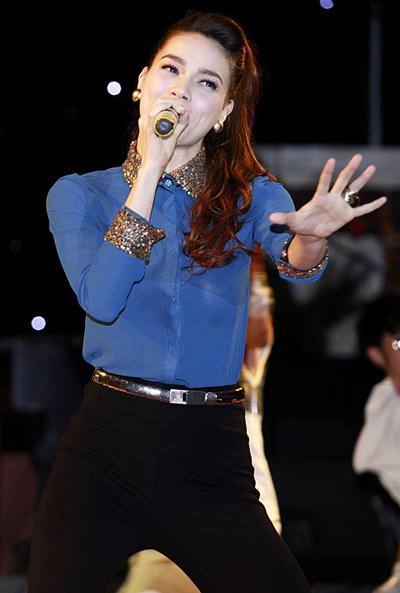 Trong cơn lốc  của chương trình Giọng hát Việt, Hồ Ngọc Hà tuy Chưa hẳn  nhân vật chính, vẫn ít nhiều bị dư luận ném đá.