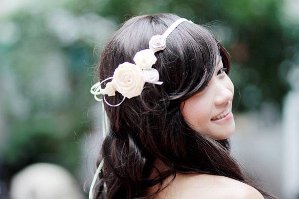 Chiếc băng đô được kết hai khối hoa tinh tế hai bên. Cô dâu sẽ có cảm giác mình như một thiên thần với vòng hoa lụa này.