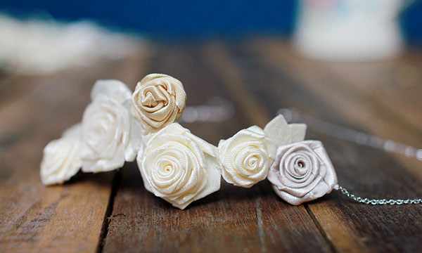 Chi tiết hoa lụa trên chiếc dây chuyền được phối hợp hài hòa. Màu sắc và kiểu dáng thanh nhã. Không chỉ dành cho lễ cưới, nó cũng rất hợp để sử dụng trong các buổi tiệc hay dùng hàng ngày. Tất nhiên nên kết hợp với áo cưới dáng quây hoặc dạng rộng cổ.