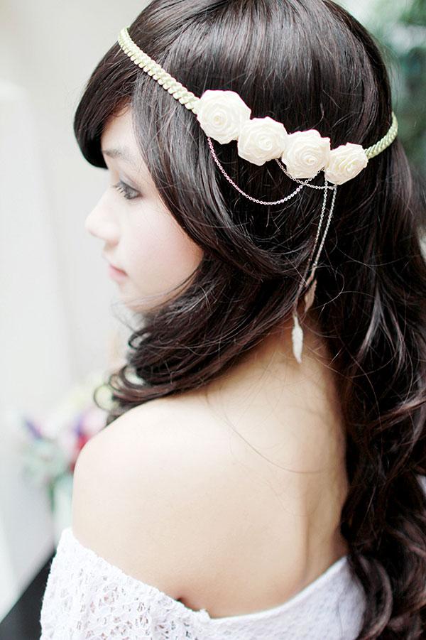 Chiếc băng đô hoa xinh xắn, điểm nhấn thú vị ở những vòng dây chuyền đan nhau. Hai chiếc lông vũ được thả xuống, kết hợp màu xanh của dây băng đô tạo nên cảm giác tự nhiên. Rất thích hợp cho các cô dâu yêu phong cách garden.