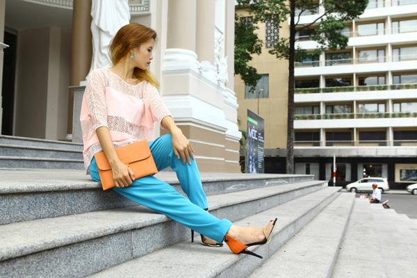 Chiếc áo ren khi được kết hợp với chiếc quần tây màu xanh cùng với gam màu cam ở túi cầm tay và đôi giày cao gót khiến cho người mặc trở nên tự tin và tươi tắn hơn. Sức hút của chiếc áo ren điệu đà nhưng vẫn mang nét trẻ trung, quyến rũ