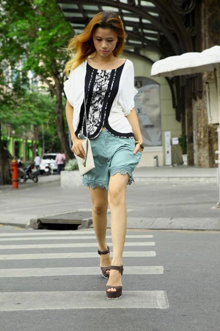 Mái tóc buông thả nhẹ nhàng khi diên quần short ren với chiếc túi xách màu nude rất thích hợp khi dạo phố cùng bạn bè. Chân quần với chất liệu ren được thiết kế với đường nét tinh tế