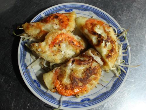 Không hấp dẫn người ăn bởi màu vàng đặc trưng như bánh xèo miền Nam, chiếc bánh của người miền Trung hấp dẫn bởi hương vị thơm ngon, đậm đà của nó.