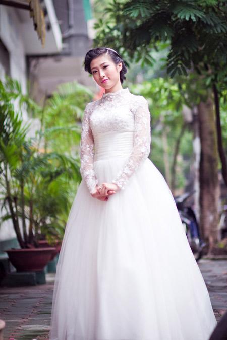Vân làm đám cưới vào mùa đông, chính vì thế váy cưới có tay không chỉ che nhược điểm mà còn giúp giữ ấm cho cô dâu.