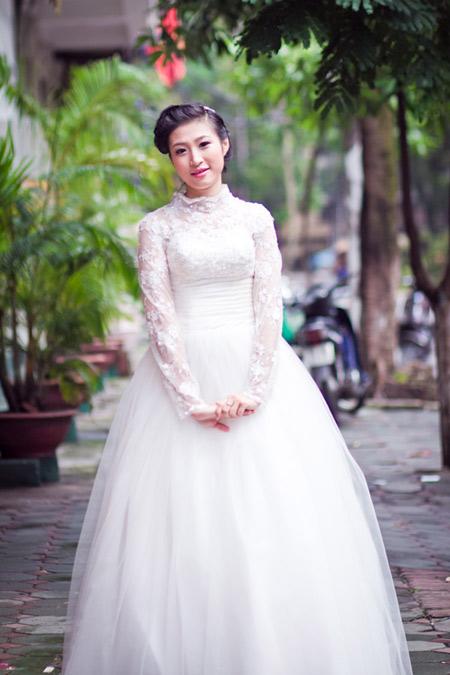 Để che được bắp tay to, cô dâu được tư vấn mặc váy cưới tay ren, phủ kín cánh tay.