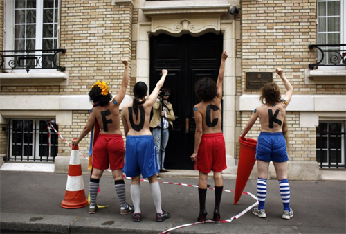 Các cô gái xếp thành dòng chữ phản đối Euro ở lưng.