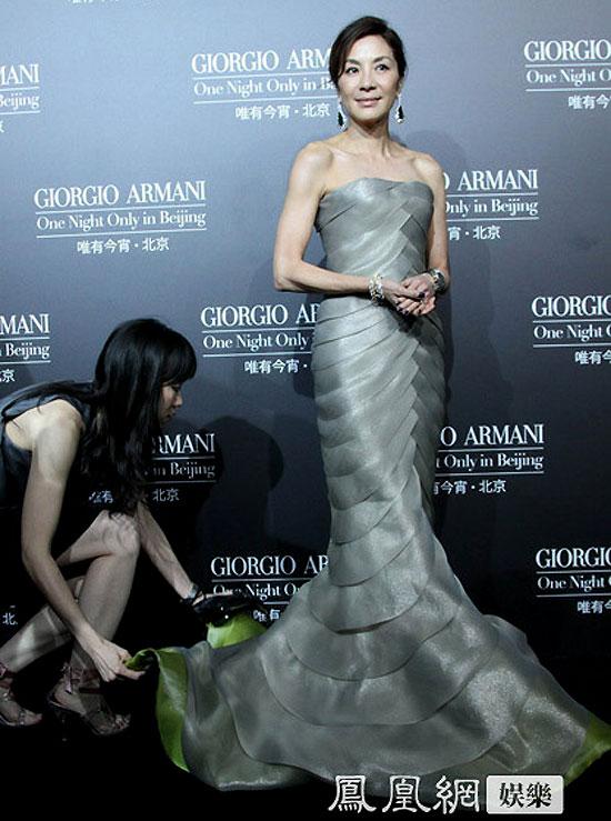 Chiếc váy nữ diễn viên nổi tiếng mặc được thiết kế khá cầu kỳ, phần đuôi dài quét đất. Mỗi lần di chuyển hay đứng tạo dáng, Dương Tử Quỳnh đều phải nhờ đến trợ lý giúp