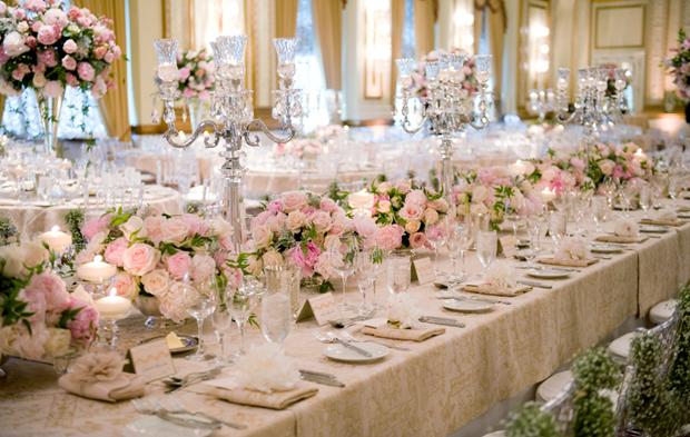 Với bàn tiệc dài, ngoài những bình hoa thấp, nhà thiết kế hoa còn sử dụng những chân nến pha lê cao để chi tiết trang trí trở nên cân đối.