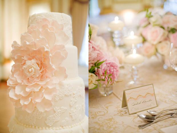 Bánh cưới là điểm nhấn thú vị với bông hoa hồng pastel lớn đính trên bánh.