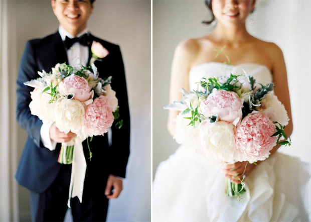 Hoa cưới của cô dâu và chú rể đều được kết từ những bông mẫu đơn hồng nhạt.