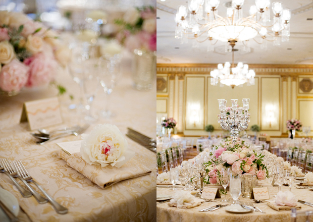 Trong phòng tiệc có sử dụng hai loại bàn là bàn dài và bàn tròn, vì vậy, nhà thiết kế hoa cũng sử dụng hai mẫu hoa khác nhau, một mẫu hoa thấp cho bàn dài và một mẫu hoa cao cho bàn tròn. Với việc sắp xếp hoa đa dạng như vậy, đám cưới trở nên ấn tượng hơn.