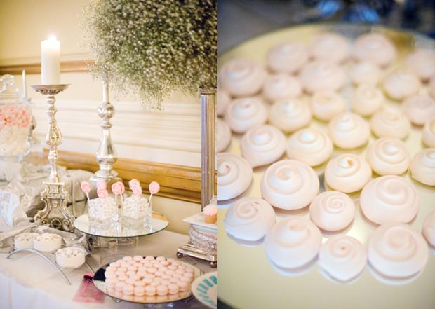 Trong sảnh tiệc cỏn có một khu bày đồ tráng miệng với những chiếc bánh macaron hồng xinh xắn.