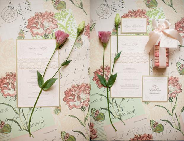 Thiệp mời được in trên nền giấy hồng nhạt và tô điểm bằng dải ren trắng.