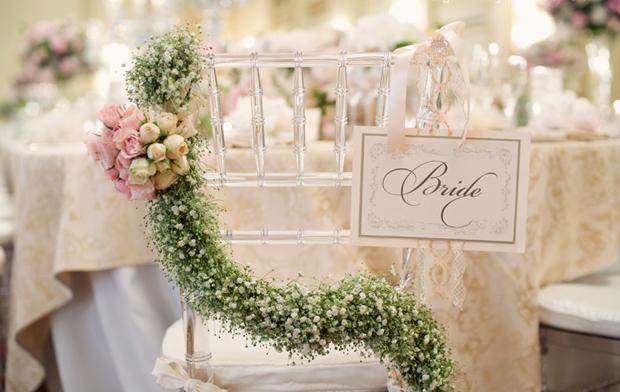 Đặc biệt, ghế của cô dâu và chú rể còn treo một vòng hoa baby trắng xinh xắn.