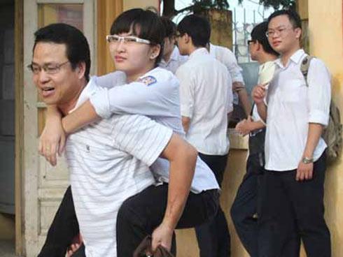 Suốt 7 năm, ông Nghĩa ngày ngày cõng con gái đi học. Trong đợt thi đại học và thi tốt nghiệp THPT vừa qua, hình ảnh người cha cõng con đi thi gây xúc động cho nhiều người.