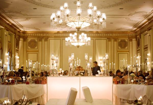 Ánh nến lung linh hòa cùng ánh đèn của phòng tiệc tạo nên một không gian lãng mạn.